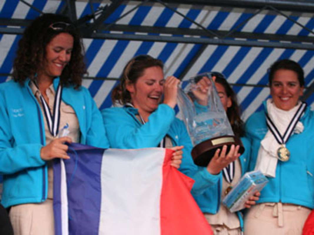 Claire LEROY and her crew with the World Championship Trophy in 2007