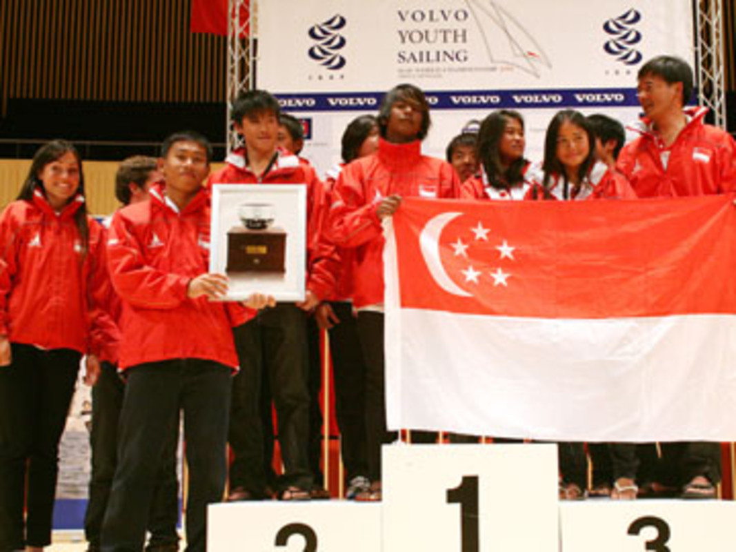 The Singapore team with the Bengt Julin Trophy for Sportsmanship, at the 2008 Volvo Youth Sailing ISAF World Championship