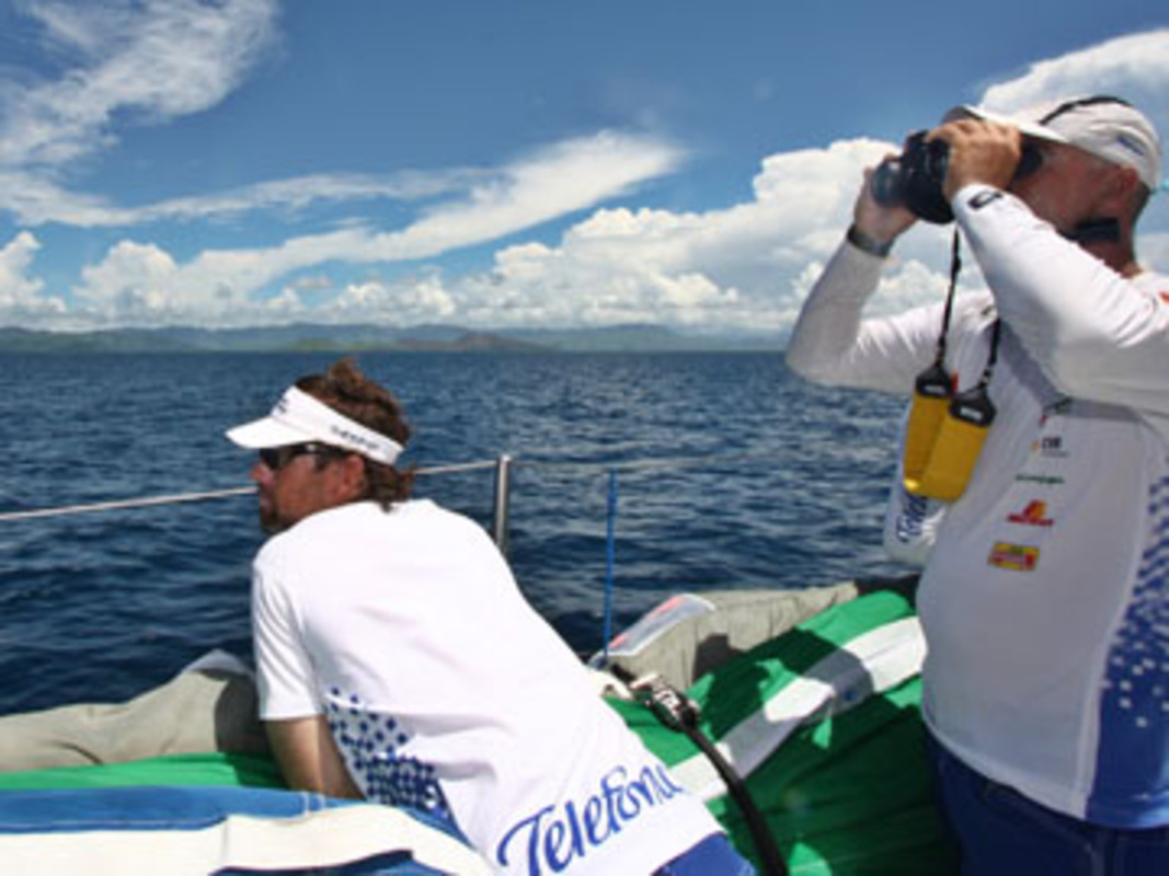 Iker MARTINEZ and Bouwe BEKKING looking for land onboard Telefonica Blue