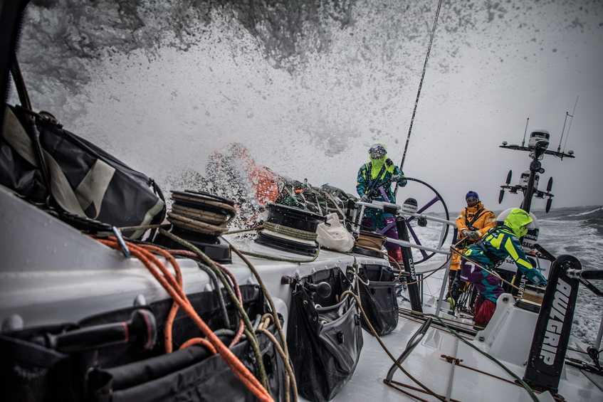 Team AkzoNobel sets record-breaking pace to lead Leg 9