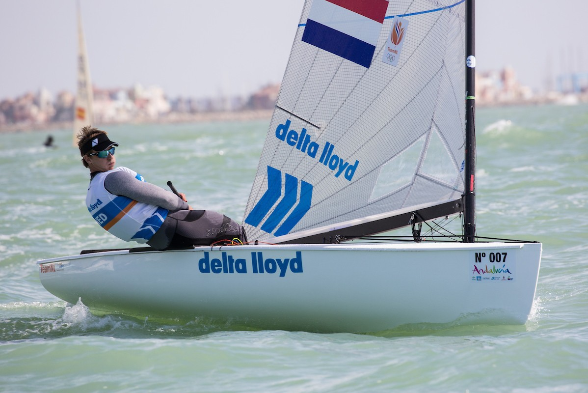 Big waves for big sailors on opening day of Finn Europeans in Cádiz